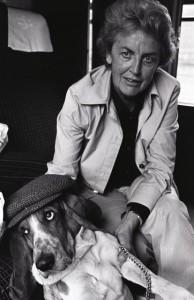 Laure Wyss mit Basset in London 1973